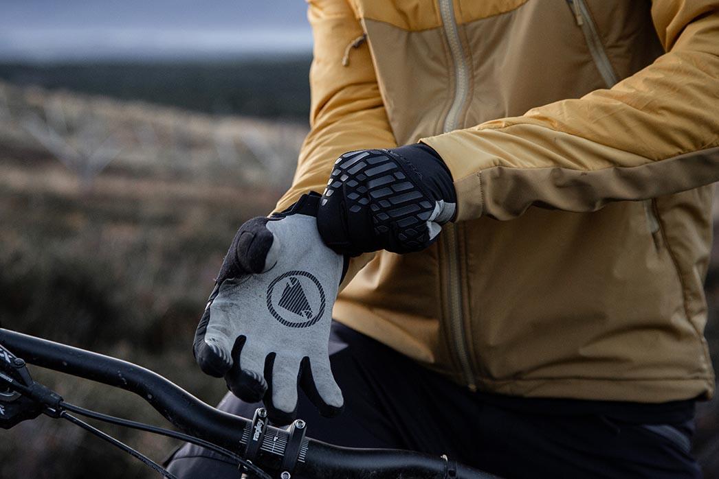 Zero palm padding for maximum dexterity and bar feel