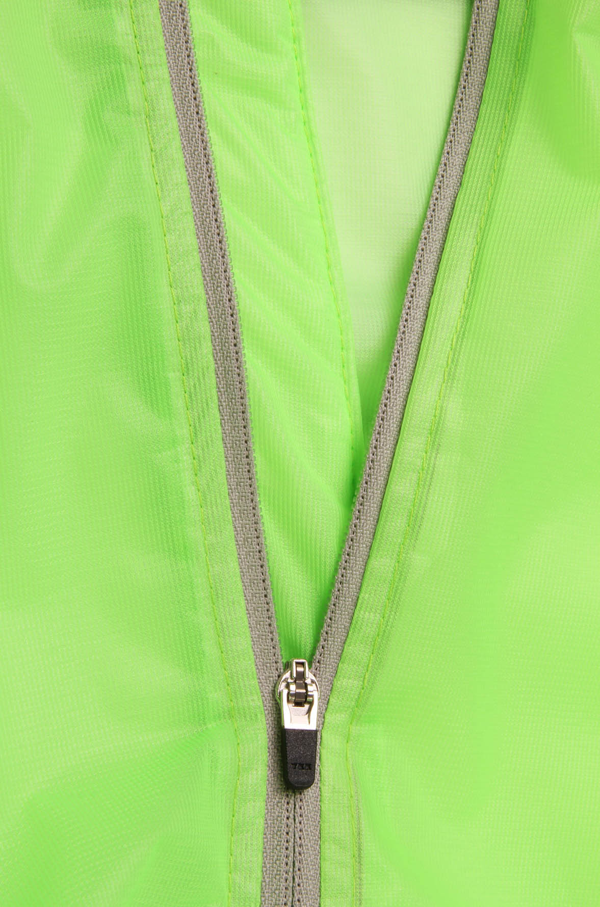 Full length centre zipper with sprung puller